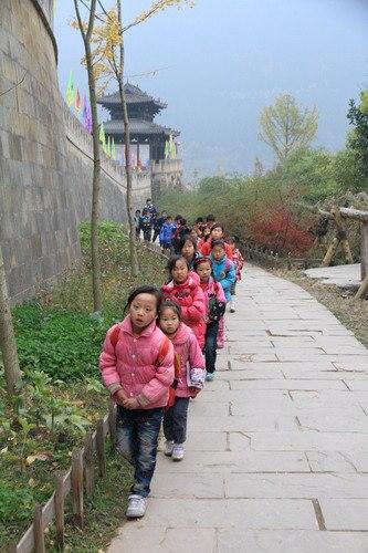 เด็กนักเรียนเดินเลียบกำแพงเมืองเจาฮว่า